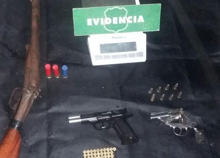 Incautan tres armas de fuego a pistolero que además mantenía una plantación indoor de marihuana