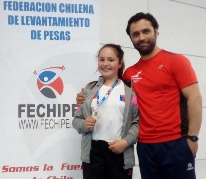 Pequeña machalina se corona campeona nacional de levantamiento de pesas