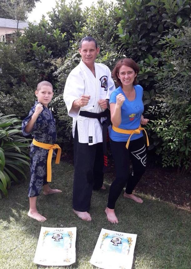 """Pequeño con cáncer es graduado en el Taller """"Kenpo Karate"""""""
