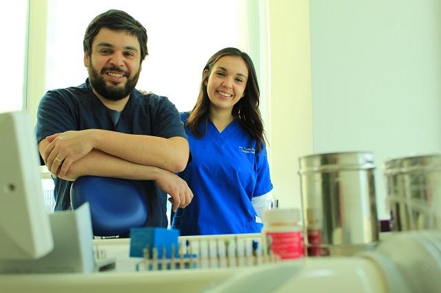 Hermanos dentistas unidos en la vocación y la solidaridad del Comité Santa María de El Teniente