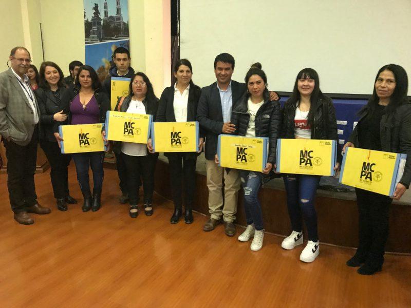 Estudiantes de 7° Básico modalidad adultos recibieron computadores del Mineduc