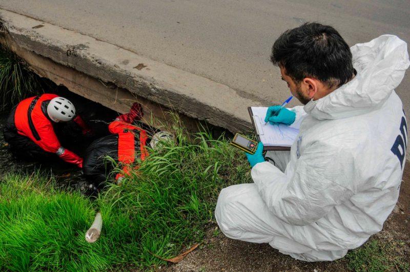 Encuentran el cuerpo sin vida de un hombre al interior de un canal