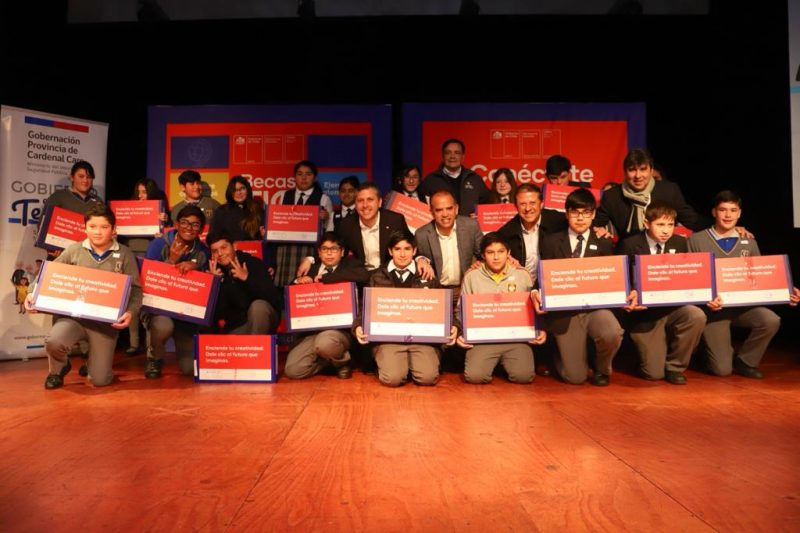 Pichilemu: Gobierno entregó computadores a 176 alumnos de 7° básico